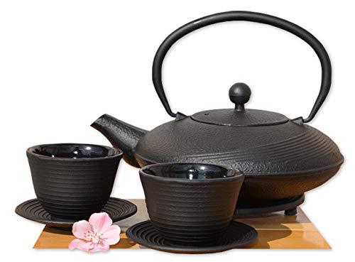Gifts Of The Orient GOTO - Servizio per il tè composto da teiera bassa rotonda da 1 litro e 2 tazze con piattino, in ghisa, stile giapponese Tetsubin, colore nero