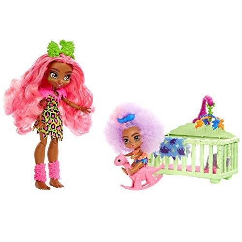 Cave Club GNL92 - Cave Club Babysittingspaß Spielset mit Fernessa Puppe(25,4 cm, pinkes Haar), Kleinkindpuppe, Gitterbett, Schaukelpferd und Zubehör, für Kinder ab 4 Jahren