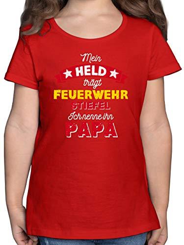 Vatertagsgeschenk Tochter & Sohn Kinder - Mein Held trägt Feuerwehrstiefel - 116 (5/6 Jahre) - Rot - Mein held trägt Feuerwehrstiefel - F131K - Mädchen Kinder T-Shirt