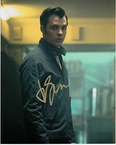 Signing Dreams Autographs Firmar sueños autógrafos Jack Bannon Firmado 10 x 8 Foto a Color – Pennyworth – El Juego de imitación – 100% en Persona – UACC registrado #242