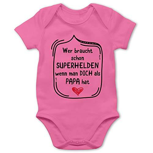 Vatertagsgeschenk Tochter & Sohn Baby - Wer braucht Schon Superhelden wenn Man Dich als Papa hat - 6/12 Monate - Pink - Vatertag Baby Tshirt - BZ10 - Baby Body Kurzarm für Jungen und Mädchen