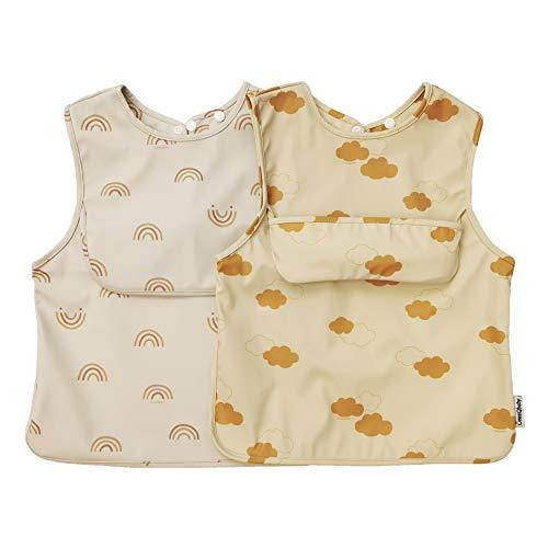 ÜneeQbaby Wasserdichte Baby- und Kleinkind-Lätzchen, 2 Stück, ärmellos, Öko-Tex-zertifiziert zum Füttern und Spielen mit Brusttasche, Overall-Mock, (klein – Regenbogen und Wolken)
