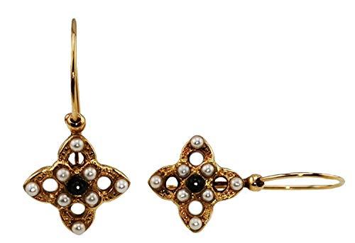 Pendiente Mokilu' de latón hipoalergénico con dorado de 24 K efecto oro antiguo, con cierre de gancho y con piedra natural negra cornalina y ocho perlas de color marfil.