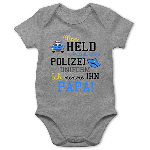 Shirtracer Sprüche Baby - Mein Held trägt eine Polizeiuniform - 6/12 Monate - Grau meliert - Papa Baby Body Polizisten - BZ10 - Baby Body Kurzarm für Jungen und Mädchen