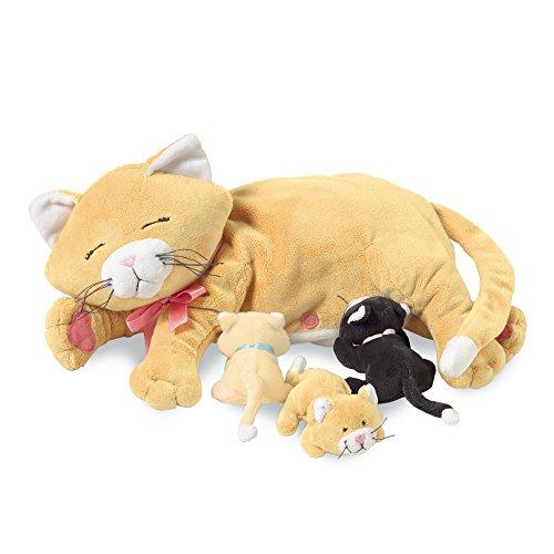 Manhattan Toy Nursing Nina Cat, die weiches Spielzeug pflegt
