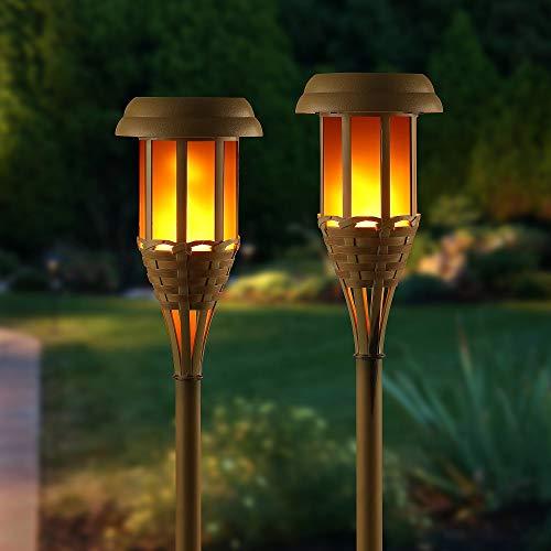 Auraglow Antorcha con energía solar sin llama. Parpadeante antorcha Led de bambú estilo Tiki. Lámpara para jardín, caminos, césped. Para usar al aire libre. Lámpara de estaca – Set de 2