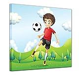 Wandbild Kinderbild Kicker II Cartoon - 40 x 40 cm quadratisch Bilder als Leinwanddruck Fotoleinwand Kinder junger Fussballer auf Einer Wiese