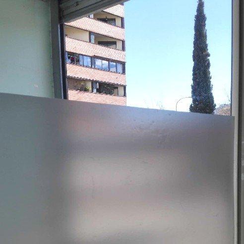 Lámina autoadhesiva de proteccion solar, traslúcido con efecto ácido arenado, para cristal, mampara, ventana, etc. Lamina de vinilo a granel. Medida: 50x120cm