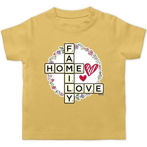 Scrabble Baby - Scrabble Family - Home - Love - 3/6 Monate - Hellgelb - Spruch - BZ02 - Baby T-Shirt Kurzarm