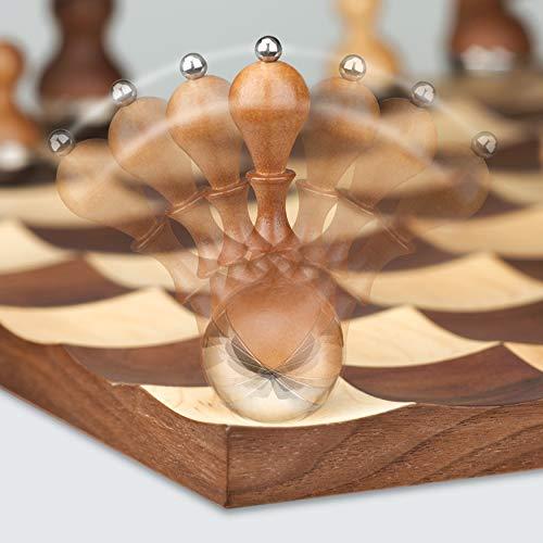 UMBRA Wobble Chess. Jeu d'échec Wobble. Avec pions en bois 'culbuto'. Plateau en bois. Dimension 38x38x3cm.