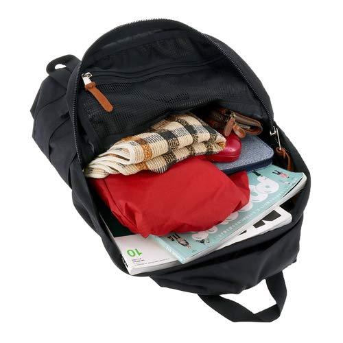 外側のポケットのほか、内側にも普通のポケット、そしてファスナーポケット付きです。ノートパソコンがすっと入るスリーブもあり、学校や部活、通勤でも使いやすいリュックの収納になっていますよ。