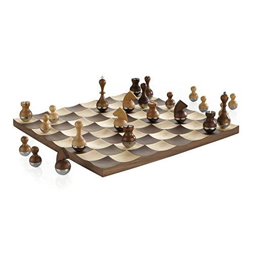 """UMBRA Wobble Chess. Jeu d'échec Wobble. Avec pions en bois """"culbuto"""". Plateau en bois. Dimension 38x38x3cm."""