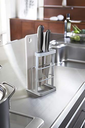 """どんなキッチンにもスッキリと似合う「tower」キッチンシリーズの""""カッティングボード&ナイフスタンド""""。 まな板と包丁やナイフがひとまとめになっていれば、さっと取り出せてとっても使いやすいですよね。包丁もこんな風に複数本がスッキリと収納できるので、使い勝手は抜群です。"""