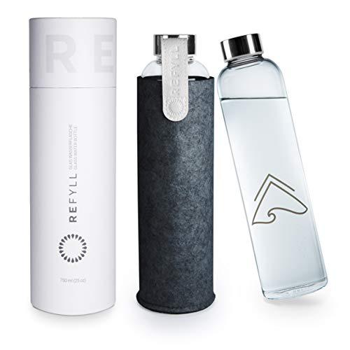 """REFYLL Glasflasche mit Filzhülle """"pureFyll"""" 750ml I Trinkflasche aus Glas mit Schutzhülle 0,75L I Designer Wasserflasche aus Borosilikatglas mit Cover (Silber)"""