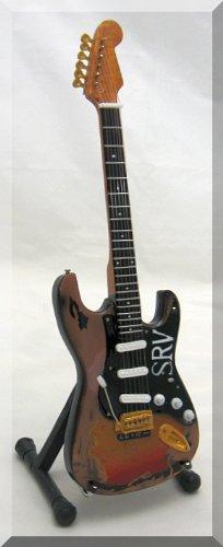 """Miniatur von Stevie Ray Vaughans Fender-Gitarre, mit Schriftzug """"SRV"""""""