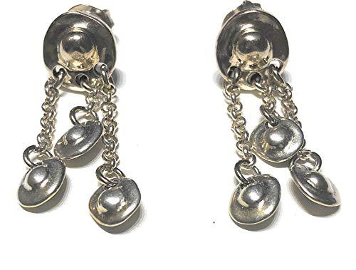 Pendientes de colgar bañados en plata, compuestos por un pequeño medallón circular también en plata inspirado en los tesoros aztecas y tres cadenas de las que cuelgan pequeños charms