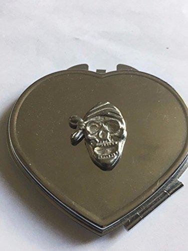 Piraat schedel dragen Bandana Grootte 2.5cm x 2cm TG274 Gemaakt van Engels tinnen op een hart vorm Compact Spiegel Chrome geplaatst door ons geschenken voor alle 2016 van DERBYSHIRE Verenigd Koninkrijk...