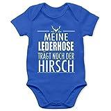 Shirtracer Oktoberfest & Wiesn Baby - Meine Lederhose trägt noch der Hirsch - weiß - 1/3 Monate - Royalblau - Baby Strampler Kurzarm - BZ10 - Baby Body Kurzarm für Jungen und Mädchen