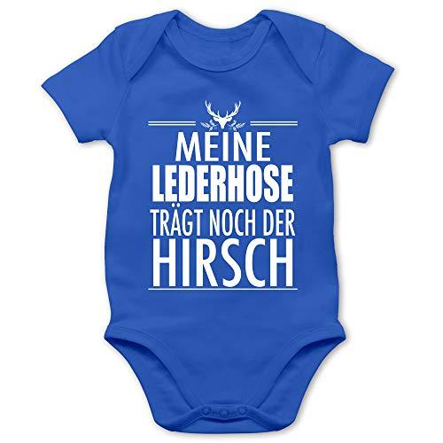 Shirtracer Oktoberfest & Wiesn Baby - Meine Lederhose trägt noch der Hirsch - weiß - 3/6 Monate - Royalblau - Lederhose Baby Junge - BZ10 - Baby Body Kurzarm für Jungen und Mädchen