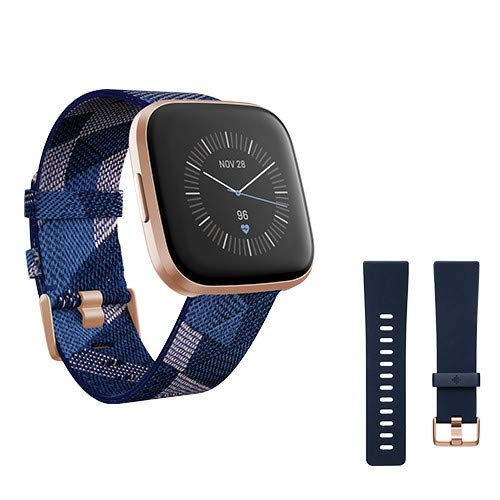 Fitbit Versa 2, Special Edition, Gesundheits- und Fitness-Smartwatch mit Alexa Sprachsteuerung, Schlafindex und Musikfunktion, inklusive Zusatzband in Nachtblau, Marineblau/Rosa