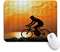 NIESIKKLAマウスパッド スポーツ男乗馬自転車湖日の出空雲草原オレンジ ゲーミング オフィス最適 高級感 おしゃれ 防水 耐久性が良い 滑り止めゴム底 ゲーミングなど適用 用ノートブックコンピュータマウスマット