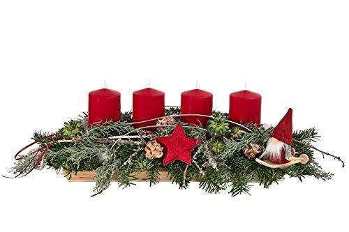 Dehner Adventsgesteck Red Forest auf Holztablett, mit 4 roten Kerzen, Länge 38 cm, Naturmaterialien, grün/rot