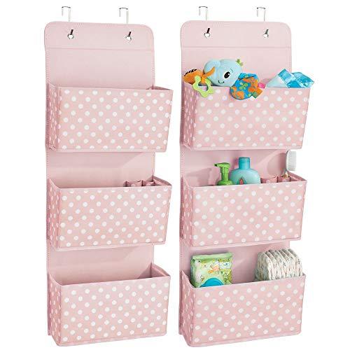 mDesign 2er-Set Hängeaufbewahrung mit drei Taschen – Kinderzimmer Aufbewahrung aus Polypropylen für Kinderschuhe und Kinderkleidung – Taschengarderobe zum Hängen mit Pünktchen-Muster – rosa/weiß