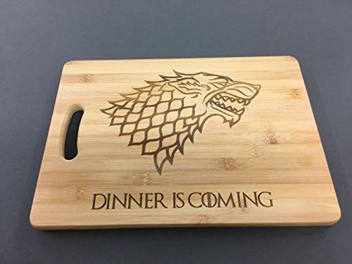 """Juego de Tronos. """"Dinner is coming"""" tabla para cortar pan, tabla de cortar, tabla de quesos. Hecho de los mejores bambú. Grabada con láser. Gran regalo para todos los fans de la serie de televisión."""