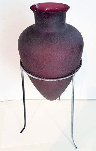 Vase bombé de verre coloree, châssis en métal coloree vintage blanc antique, amphore, dans les tons pourpre formatée, amphore de de fleurs décoratif, vase hauteur : env. 32 cm, hauteur totale env. 50 cm, conçu et fabriqué par l'Oberstdorfer Glashütte