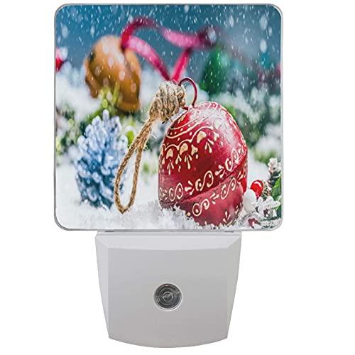 LINGF Weihnachtskugeln Jingle Bell Nachtlicht 2er Set Rot Happy Christmas Snowy Plug-in LED Nachtlichter Auto Dämmerungssensor Lampe für Schlafzimmer Badezimmer
