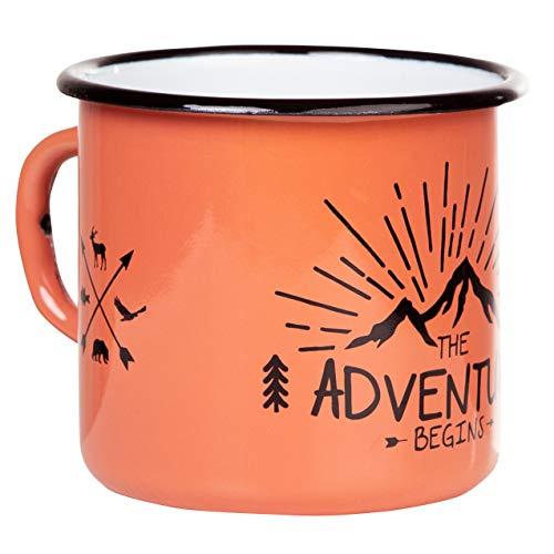 Adventure begins | Emaille Tasse von MUGSY in Trendfarbe Koralle Orange | im Outdoor Design | Emaille Becher robust und leicht für Camping und Wandern | Retro Kaffebecher 330 ml