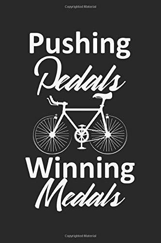 Pushing Pedals, Winning Medals: A5 Notizbuch, 120 Seiten blank blanko, Pedale Medaillen Medaille Lustiger Spruch Radfahrer Biker Radfahren Rad Fahren Fahrrad Mountainbike Rennrad Bmx Radsport