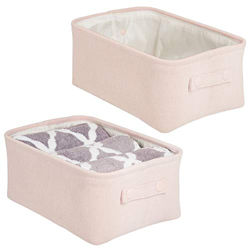 mDesign Juego de 2 cestas de tela con forro y diseño estructurado – Ideal como cesto para baño o como organizador de cosméticos – Práctico organizador de baño de algodón y metal con asas – rosa claro