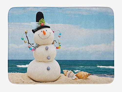 Tappetino da bagno pupazzo di neve, vacanze invernali a tema Pupazzo di neve con conchiglie seduto sulla spiaggia di sabbia, tappetino da bagno in peluche con supporto antiscivolo, sabbia blu