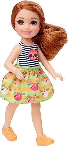 Barbie Mattel Club Chelsea – 15cm Puppe mit mit roten Haaren, Faultiergrafik und Rock