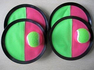 Gioco in velcro (Catchball) con 4 dischi di cattura e 2 palline in velcro di circa 63 mm di diametro.