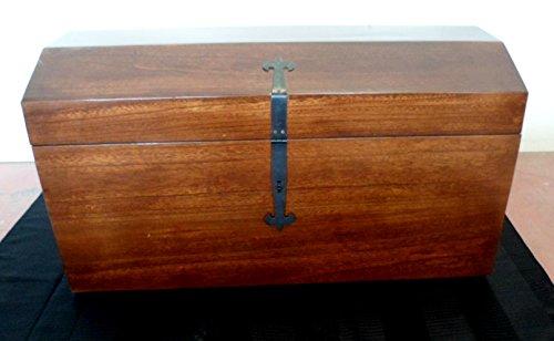Coffre de rangement en bois massif avec roulettes, facile à déplacer.