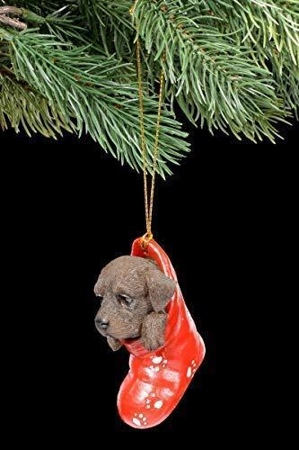 Figuren Shop GmbH Christbaumschmuck Hund - Chocolate Labrador im Strumpf | Dekoartikel zum Hängen, Handbemalt