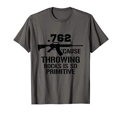.762 Cause Lancer des pierres est un pistolet si primitif T-Shirt