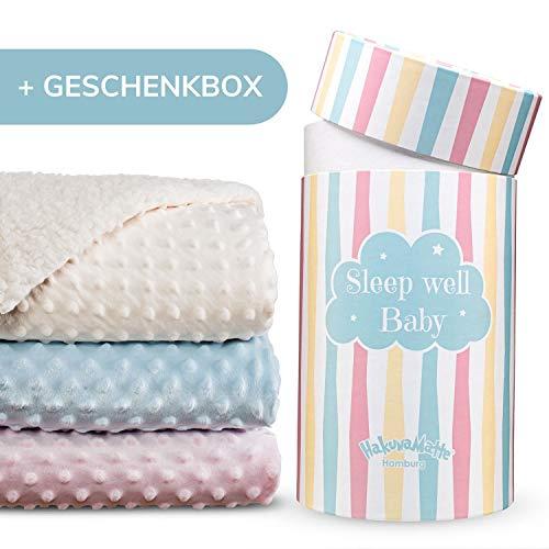 Hakuna Matte flauschige Babydecke, Geschenk zur Geburt – weiche Minky-Sherpa Kuscheldecke, Krabbeldecke & Kinderwagendecke für Junge & Mädchen in einer hochwertigen geschenkbox – 100x80cm, beige