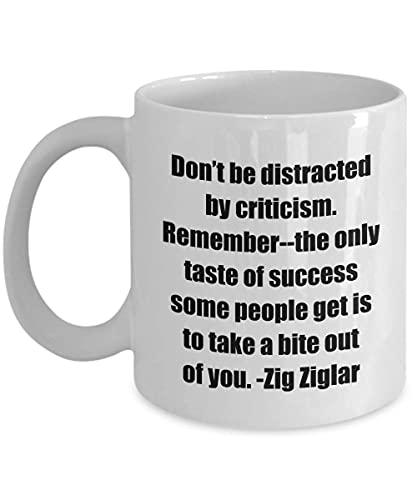 Klassisk kaffemugg - Var inte distraherad av kritik. Kom ihåg - The only Taste of Success Some People get är att ta en bit ur dig. - Zig Ziglar-