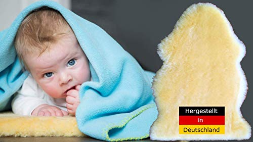 Premium peau d'agneau pour bébé env. 70 cm. Fabriqués respectueux de l'environnement en Allemagne. Tannage médical, particulièrement doux, confortable et un petit peu d`odeur naturelle. Lavable à 30 °. Livraison immédiatement env. 70 cm