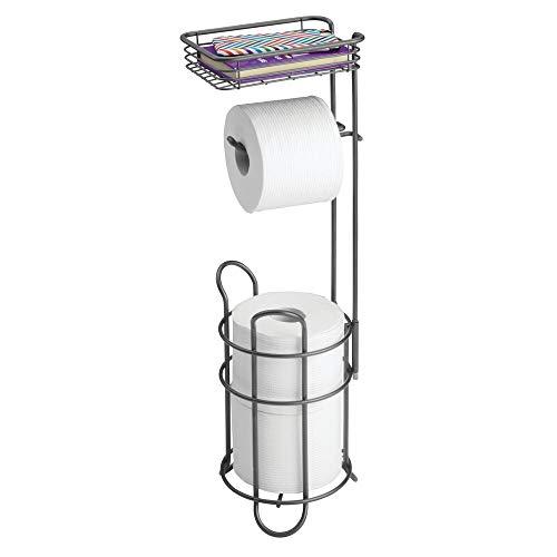 mDesign Portarrollos de pie – Elegante soporte para papel higiénico de metal con bandeja para toallitas húmedas – Portarrollos para baño con práctica cesta para 2 rollos de repuesto – gris