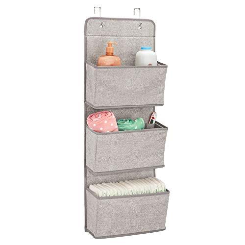 mDesign Estanteria colgante para organizar armarios - Percha para colgar ropa de bebe, peluches y toallas - Organizador de ropa para colgar - 3 bolsillos para mantas, pañales, toallas - lino