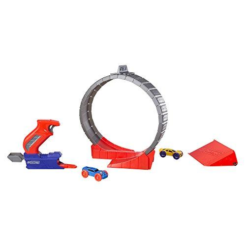 360° acrobazie con il looping. Perfetto per i propri percorsi da corsa e acrobazie. Contiene un blaster, un stunt looping, una rampa e due soft racer. Combinabile con altri prodotti Nerf Nitro. Adatto a bambini a partire da 5 anni.
