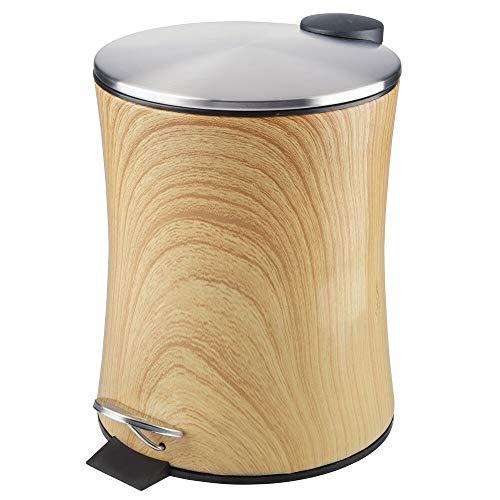 mDesign Cubo de basura con pedal – Contenedor de residuos de metal de 5 litros con tapa y cubo plástico extraíble – Para cosméticos o como papelera de baño, cocina u oficina – color madera