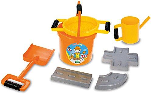 Lena 5440 Happy Sand Spielset, 7 teiliges, Sandspielzeug Set für Kinder ab 2 Jahre, Bauspielset mit Eimer, Sieb, 3 Straßenbau Förmchen, große Sandschaufel und Ölkanne, Orange, Gelb und Grau