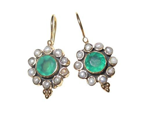 Dorados pendientes con un verde ágata y pequeñas perlas de agua dulce