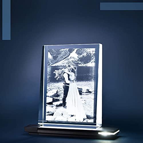 Isonio Glasfoto - Ihr Foto in hochwertiges Glas gelasert, mit hellem LED Leuchtsockel aus schwarzem Alu (Glasfoto mit Leuchtsockel, Gr. L Hoch 100 x 135 x 35 mm)