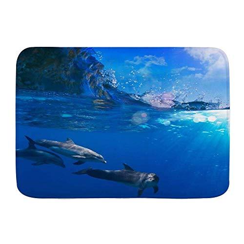Alfombra de baño, agua azul, bandada pequeña de delfines que juegan a...